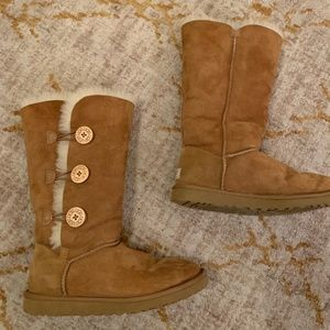 UGG Bailey Button Triple in Chestnut, size 8